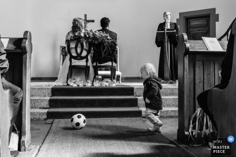 Mariage Schramberg-Tennenbronn - un enfant jouant au football dans l'église