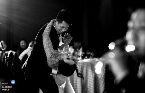 Ritz Carlton Lake Tahoe Zachód słońca ślub - balkon strzał pana młodego zanurzającego pannę młodą podczas ich pierwszego tańca