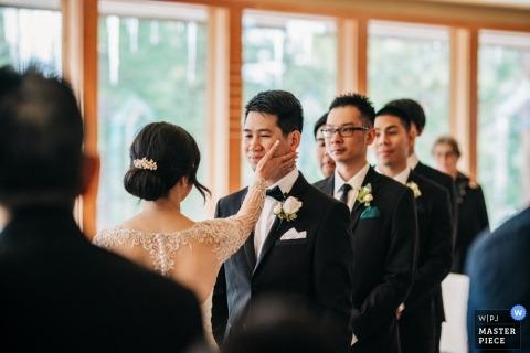 Ritz Carlton Lake Tahoe ceremonia ślubna - odrobina miłości. Panna młoda delikatnie dotyka twarzy stajennych