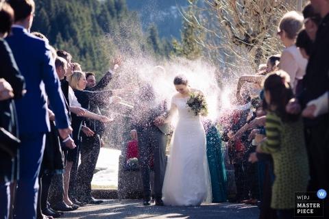 Champéry - szwajcarski ślub Zdjęcie przedstawiające oblubienicę i pana młodego rozpylane przez gości