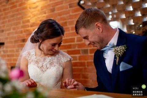 Hirondelles nid photo de mariage quelques instants après la signature du registre
