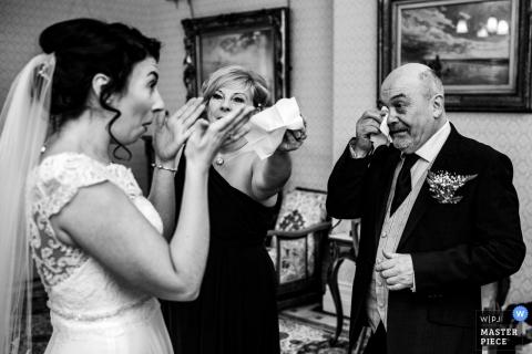 高地大厅婚礼照片的爸爸准备带女儿去教堂,但反击泪水