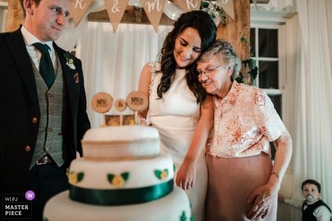 Wicklow, Irland Foto des Braut- und Nana-Moments mit fliehendem Kleinkind im Rücken.