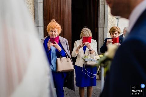 Galway, Irland Hochzeitsfoto nach der Zeremonie der Gäste und ihrer Telefone.