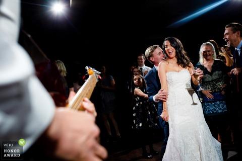 Zdjęcia ślubne Pines at Genesee | Tańcząc całą noc podczas ich przyjęcia z zespołem na żywo.
