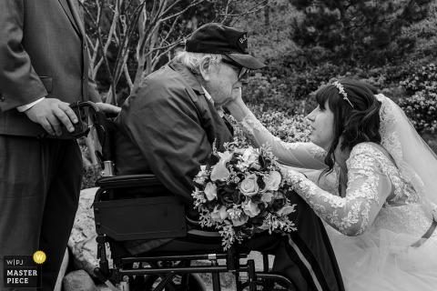 Japanse vriendschapstuinen. San Diego, CA - De bruid met haar grootvader in zijn rolstoel.