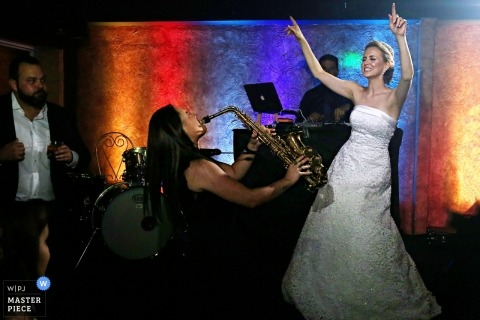 Bella Eventos - bride dancing with saxophone player - Goias Wedding Photography
