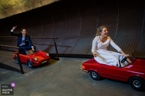 Sants Metges hotel - The entrance of the bride and the groom at the dinner in miniature red cars