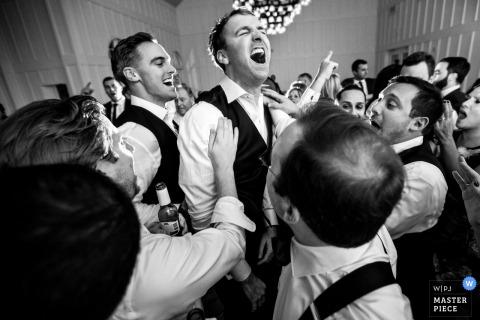 El novio sonríe y baila intensamente en la pista de baile de la boda de Ryland Inn New Jersey