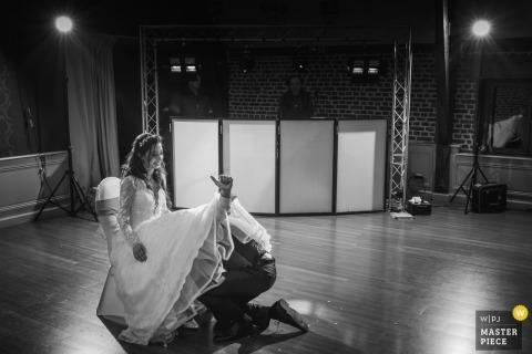里爾 - 法國婚禮遊戲在接待處 - 新郎是豎起大拇指,同時從新娘的衣服下檢索吊襪帶