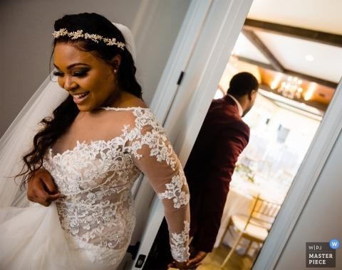 De bruid en bruidegom nemen een moment voor een eerste aanraking voorafgaand aan het uitwisselen van hun geloften op Tuscan Ridge in Oakboro, North Carolina.