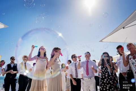 Key West-huwelijksfoto van gasten Prepping voor een bellenuitgang na de openluchtceremonie