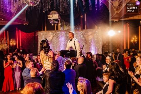 Lugar de bodas en el restaurante Baku Palace: los novios participan en el baile de Hora.