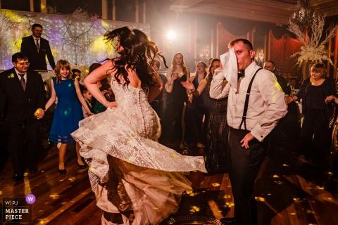 Recepciones de bodas en el restaurante Baku Palace: el novio se está tomando un descanso en la pista de baile mientras su novia continúa bailando