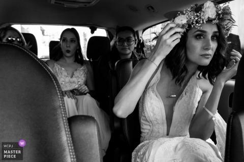 Oaxaca City, Oaxaca, Mexiko Braut auf dem Weg zur Zeremonie mit dem Brauttransportfahrzeug
