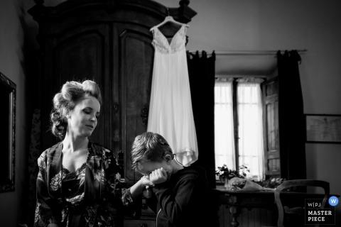 De foto van het de agriturismohuwelijk van La Dogana van bruid die klaar worden