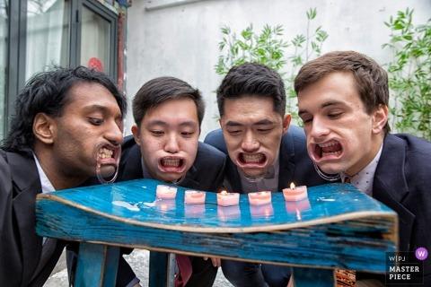 fotograf ślubny pekin dla gier drzwiowych drużbów ze świecami