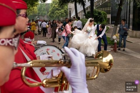 Yueyang Changsha trouwfoto met bruid en bruidegom met trompet en drums in de straten