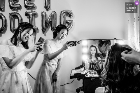 China actual day wedding photographer - Bride preparation in the mirror with many cameras with bridesmaids