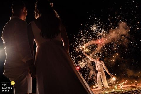 Phuket, Thailand huwelijksfoto van de bruid en de bruidegom die op de vertoning van de Brandwerken letten