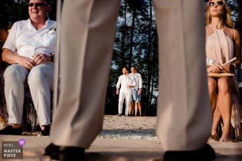 Huwelijksfotograaf - Phuket, Thailand | Ceremonie Afbeelding van de bruidegom die buiten in de ceremonie komt