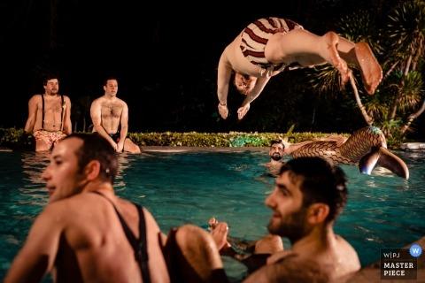 Fotografia ślubna na Phuket, Tajlandia - pan młody i wielu drużbów na imprezie basenowej