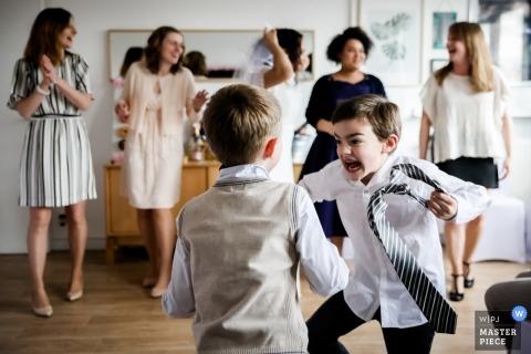 Lille - fotograf ślubny Francji - Chłopcy weselni dobrze się bawią