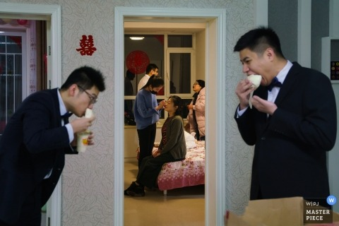 China actual day wedding photography | Getting ready with the groomsmen eating a quick bite before the ceremony.