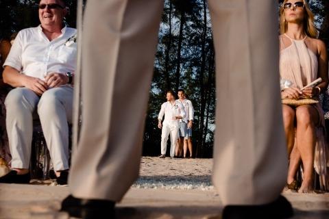 Photo de mariage avec des couches | Image du marié entrant dans la cérémonie en plein air