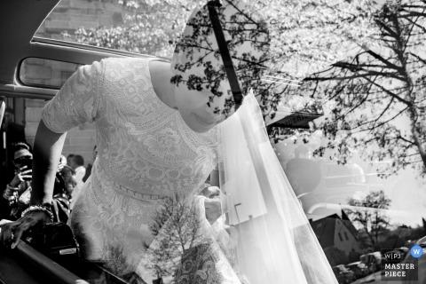 Karlsruhe Auto reflectie van de bruid op trouwdag | zwart-wit autofotografie