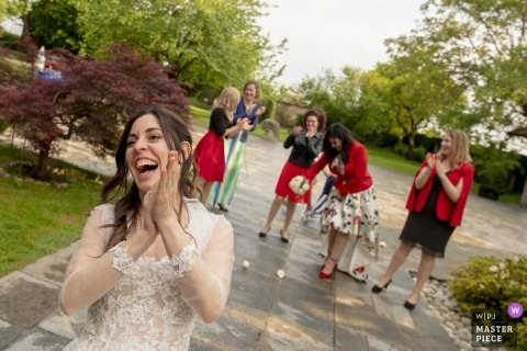 Castello di Sulbiate Monza Brianza wedding photographer | the bride tosses her bouquet of flowers to her friends