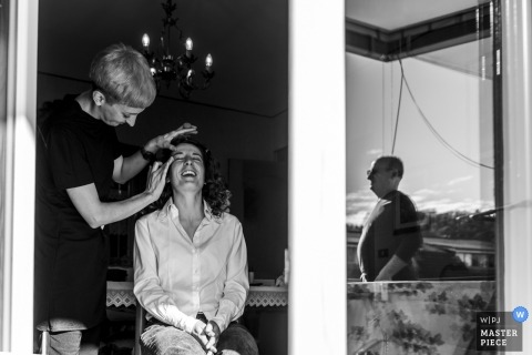 La Colletta - Paesana (Cuneo) wedding photography of the bride getting ready with her dad watching