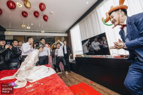 zhengzhou Henan Hotel wedding photography | Bingo - Everybody were exciting, when groomsman throw the ring topping on the bridegroom's antler.