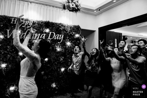 DIAMOND VENUE wedding photographer | when the bride threw flower to her friends