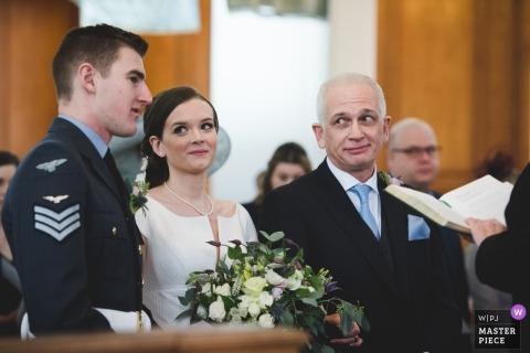 RAF Cranwell huwelijksfotografie | Aankomst van de bruid met haar vader tijdens de ceremoniedienst