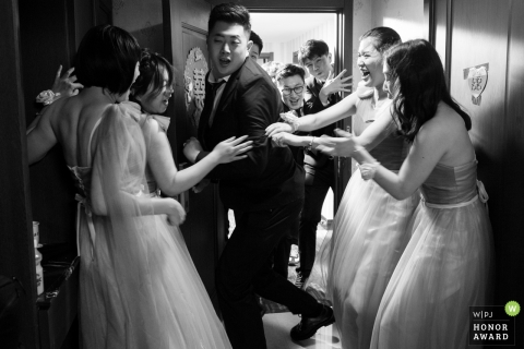 China wedding image of the groom busting through the ladies at a door game