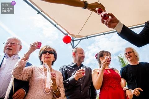 Fotografía de boda de Strandperle Geisenheim del momento de beber con vítores y un brindis.