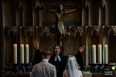 Elisabethen Kirche Marburg | Une bénédiction est donnée aux mariés lors de la cérémonie