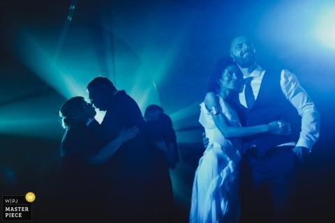 Amares - Pousada Santa Maria do Bouro Fotografía de recepción de boda con luces azules y efectos de niebla de DJ