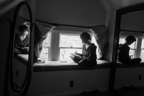 Article de photographie de mariage sur des critiques de clients, des témoignages et des lettres - La mariée écrit ses voeux dans le grenier d'un manoir victorien historique