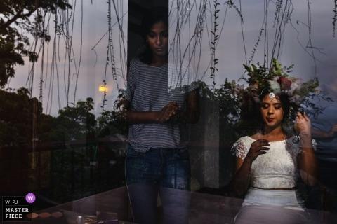Kithulkanda Mountain Hotel  - 在準備期間,婚禮照片顯示花朵的反射看起來像新娘的頭髮