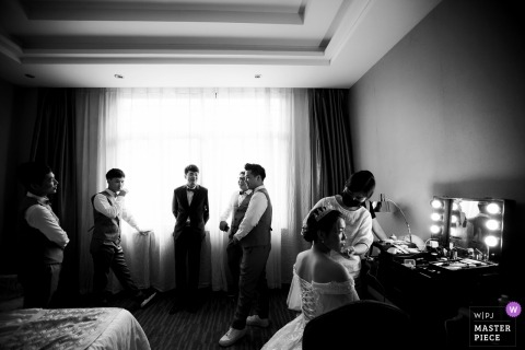 Fujian hotel room wedding day photography - The bride dresses up and the groomsman waits