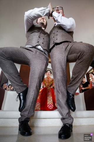 Hangzhou City wedding photographer captured this photo of the groomsmen playing wedding games at the reception