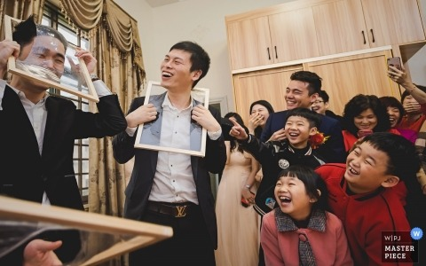 Guangdong Wedding Photo from the Bride's home - De beste man en zijn familie en vrienden spelen spelletjes