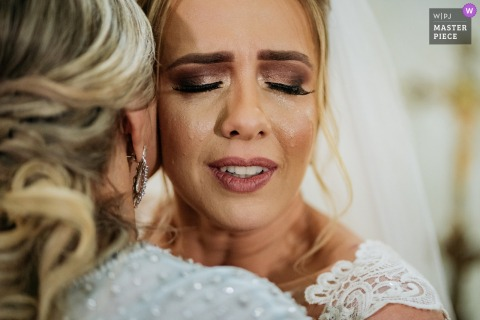 São Caetano do Sul wedding photography showing the face marked by the tears of the bride when giving a hug to her mother