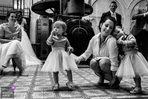 Antwerpen wedding photographer captured this black and white photo of the youngest wedding guests showing their moves off at the reception