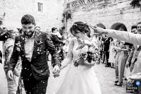 Mairie de Grammont à Montpellier - Wedding Photography - Image of the newlyweds leave the town hall and cross the guard of honor.