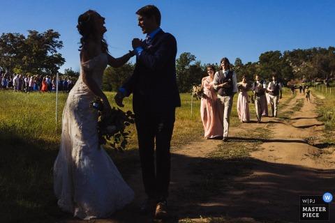 Löwen, Tiger und Bären, Alpine, CA Hochzeitsfoto der Braut und des Bräutigams nehmen den Moment auf, als sie die Zeremonie als Ehemann und Ehefrau verlassen