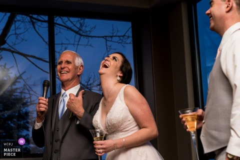Fotografia ślubna z The Pines at Genesee | Ojciec panny młodej daje toast w recepcji.