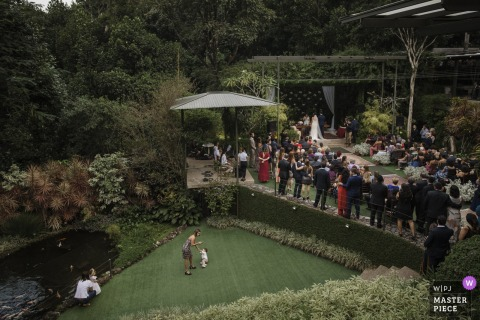 Casa das Canoas, Rio de Janeiro, Brazil outdoor wedding ceremony image with kids playing on the grass.